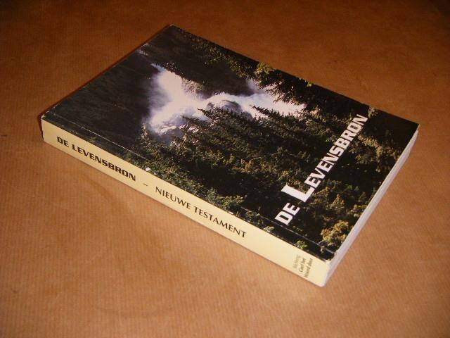 DIVERSE AUTEURS - De Levensbron. Het Nieuwe Testament en enkele gedeelten uit het Oude Testament.