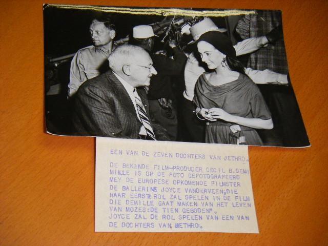 VANDERVEEN, JOYCE; CECIL B. DEMILLE. - Originele Persfoto van de Filmster / Ballarina Joyce Vanderveen samen met de bekende Film-Producer Cecil B. Demille.