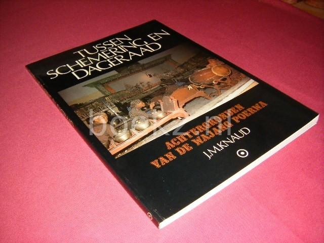 J.M. KNAUD - Tussen schemering en dageraad. Achtergronden van de Wajang Poerwa