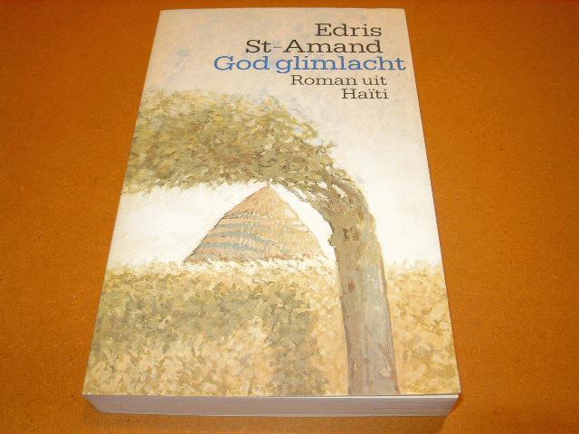 St-Amand, Edris. - God glimlacht - Roman uit Haiti.
