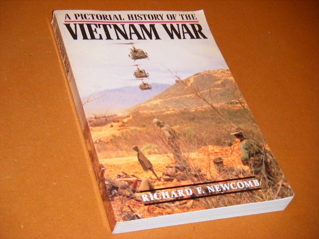 Richard F. Newcomb - A pictorial history of the Vietnam War