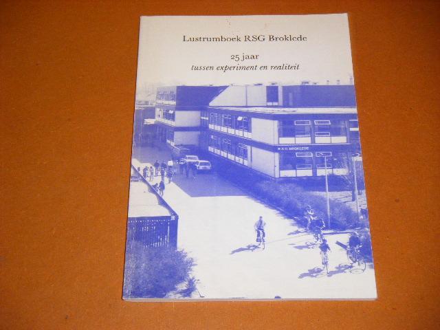 Funck, Wil (red.) e.a. - Lustrumboek RSG Broklede. 25 Jaar tussen Experiment en Realiteit. Mei 1990.